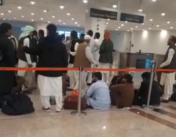 مسافروں نے احتجاجاً ایف آئی اے کاونٹر کے سامنے دھرنا دے دیا